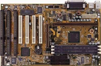 Placa base ATX basada en slot 1. Dispone de tres ranuras para memoria DIMM, una ranura AGP, 4 PCI y 3 ISA